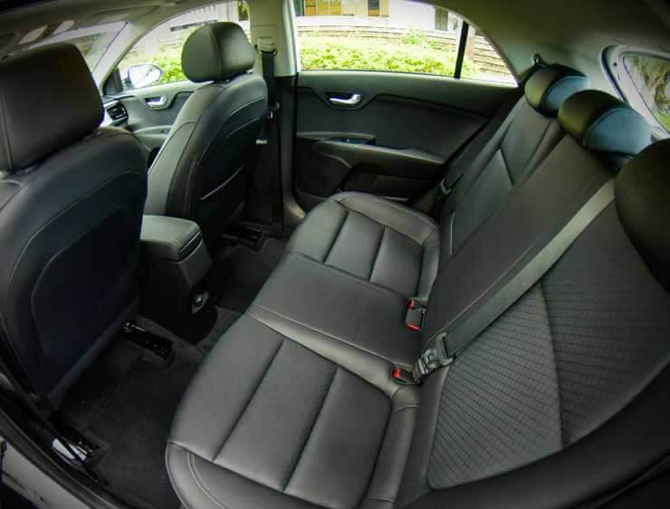 Espacio de la cabina de Kia Rio Hatchbacko